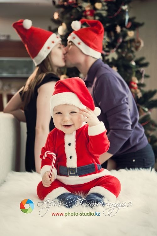 Mom dad kissing Xmas photo